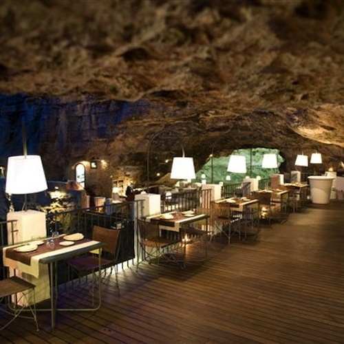 🍴 Eat in a Cave - Bucket List Ideas