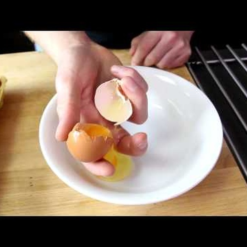 Learn how to crack an egg with one hand - Bucket List Ideas