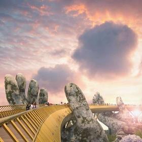 SELFIE ON GOLDEN BRIDGE IN DA NANG - Bucket List Ideas