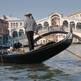 Ride a gondola in Venise - Bucket List Ideas