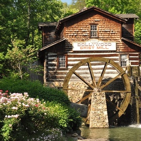 Visit Dollywood (the Smokey Mountain experience) in Tennessee - Bucket List Ideas