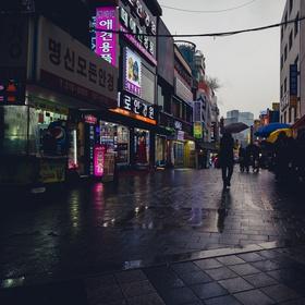 أكل الراميون في شرفه مطله على شارع ماطر في كوريا - Bucket List Ideas