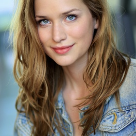 Meet and get a pic w/ Elizabeth Lail (Anna from OUATs Frozen) - Bucket List Ideas
