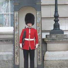 Get a picture with a guard at Buckingham Palaace - Bucket List Ideas