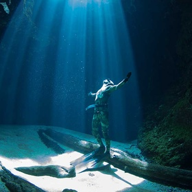 Dive in the blue hole at ichetucknee Springs state park Florida - Bucket List Ideas